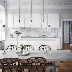 Follow up! Harlequin fronts in Superwhite and Circus Handles in chrome. Altogether a timeless kitchen with the Carrara marble and the Thonet chairs. Picture by: Adam Helbaoui
