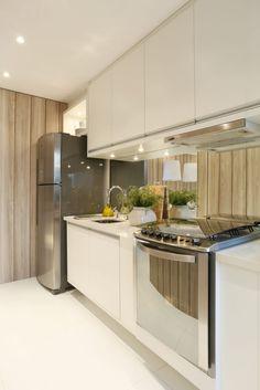 Navegue por fotos de Cozinhas modernas: MAC_Boulevard Lapa 76m². Veja fotos com as melhores ideias e inspirações para criar uma casa perfeita.