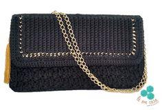 Bolsa tiracolo de crochê, em linha preta 100% algodão, com detalhe na frente em corrente dourada, e com alça em corrente dourada. Podendo ser usada com alça dupla, ficando mais curta.    Comprimento alça: 1,10m
