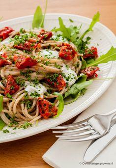 Pastasalade - Spaghetti met roquefort, zongedroogde tomaatjes, aubergine en rucola.