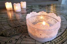 DIY kanten kaarsen houders. Bekijk de tutorial op http://datzitwelsnor.net/2014/01/1-2-3-diy-kanten-kaarsenhouder/