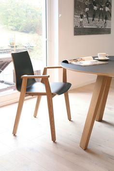 Sedia impilabile in legno massello con braccioli ALEC | Sedia con braccioli - KFF