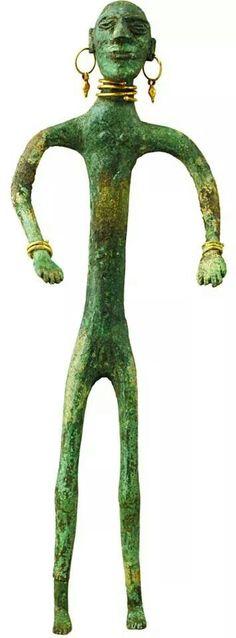 - Figurilla humana  - Vari , Siglo lll a.C.  - Bronce y oro
