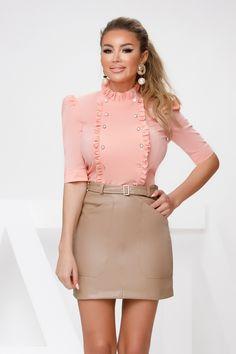 Camasa dama somon office din poplin este o camasa in tendinte. Camasa este simpla cu nasturei si volanase si poate reprezinta piesa perfecta pentru tinuta business. Waist Skirt, High Waisted Skirt, Poplin, Mini Skirts, Fashion, Moda, High Waist Skirt, Fashion Styles, Mini Skirt