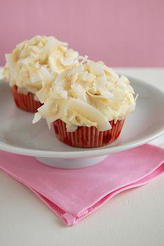 Cupcakes de coco com cobertura de chocolate branco
