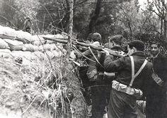Un grupo de milicianos abre fuego desde una trinchera en la Casa de campo.