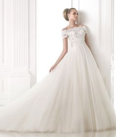 MISOL. Off-the-shoulder lace bodice with scalloped edging and short sleeves.