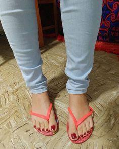 Delicious female feet Nice Toes, Pretty Toes, Sexy Legs And Heels, Hot High Heels, Feet Soles, Women's Feet, Pies Sexy, Girls Flip Flops, Teen Feet