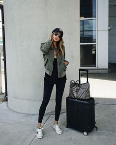 Take a look at 25 best airport style winter outfits to copy to your next flight in the photos below and get ideas for your own outfits! Beyond obsessed with this look like a comfy and cute outfit for flying. Casual Travel Outfit, Casual Outfits, Comfy Outfit, Comfy Airport Outfit, Winter Travel Outfit, Cute Travel Outfits, Dress Casual, Summer Airport Outfit, Airport Attire