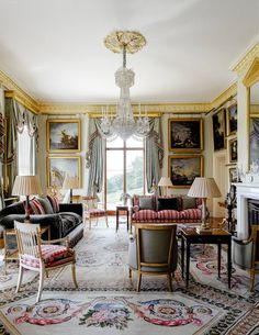 To restore a feeling of equilibrium to his Queen Anne house in Herefordshire, interior decorator Edward Bulmer remodelled the layout Traditional Interior, Classic Interior, Traditional House, Home Interior Design, English Country Style, Country Style Homes, Style At Home, Country Life, Country Houses