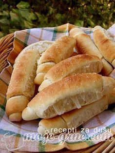 Potreban materijal: 1kg mekog brašna 120g maslaca ili margarina (može se koristiti i margarin za mazanje) 1 kašika soli 1 kašika šećera 1 kesica suvog kvasaca 1 kašika alkoholnog sirćeta 2 čaše mlake vode (čaša od 200ml) 1/2 čaše mlakog mleka krupna morska so Priprema: Suvi kvasac pomešati zajedno sa brašnom. Dodati šećer, so i …