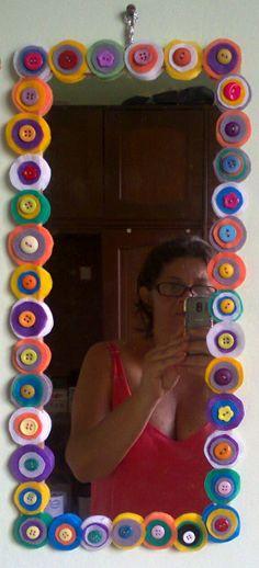 espelho enfeitado com TNT colorido e botão... fica um charme! pode ser de feltro também...