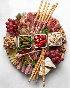 Charcuterie Recipes, Charcuterie And Cheese Board, Antipasti Platter, Snack Platter, Platter Ideas, Party Food Platters, Cheese Platters, Party Food Buffet, Bar Food