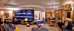 No 1º andar fica o hall, sala de jantar, cozinha, biblioteca e escritório. Já no 2º andar fica o quarto com uma cama King size rotativa e um banheiro todo em mármore