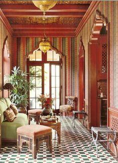 orientalische deko inspirierendes design interieur in grün orange rot bunte fliesen tolle goldene lüster großes fenster