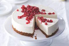 Nepečený cheesecake se sirupem z granátových jablek   Apetitonline.cz Asian, Baked Goods, Panna Cotta, Cheesecake, Food And Drink, Tasty, Baking, Ethnic Recipes, Kitchens