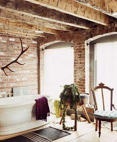 Badezimmer einrichten mit Klinker Wand und Deckenbalken