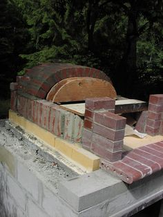 Bread/ Pizza Oven Construction I built this oven in the summer of I am not Alan Scott of Ovencrafters although I could not have done this project without his help. His book was my. Best Outdoor Pizza Oven, Build A Pizza Oven, Outdoor Kitchen Bars, Outdoor Oven, Bread Oven, Bread Pizza, Pizza Oven Fireplace, Mobile Pizza Oven, Oven Diy