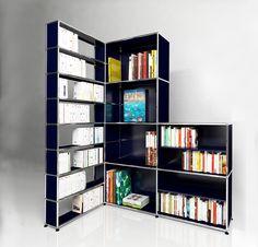 Bibliothèque d'angle USM Haller. Dimensions L/P/H : 1711/1136/2076 mm. Modèle présenté en bleu acier.