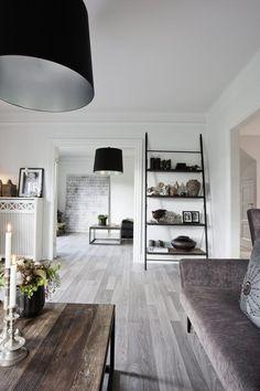 I RAD OG REKKE: Huset har to stuersom brukes like mye. Sammefargepalett i begge stuene, fellesgulvbelegg og samme type lamperi begge rommene skaper helhet.Lampene er fra danske Design By Us.