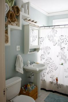 cool towel storage for a small bathroom Cool Shelves, Shelving, Step Shelves, Bad Inspiration, Bathroom Inspiration, Cortina Box, Ideas Baños, Ideas Para, Boston House