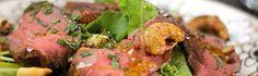 Salada de folhas verdes com rosbife, abacaxi e castanhas