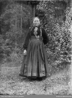 Kvinne i bunad Ann O. ... Sauland 1898 | Beltestakk