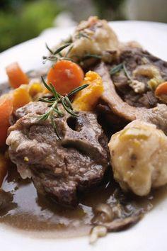 Springboknek-pot met kluitjies en 'n deegmannetjie Venison, Beef, South African Recipes, Ethnic Recipes, Dinner Recipes, Dessert Recipes, Afrikaans, Winter Food, Pot Roast