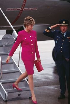 Date/info update: TRH Prince Charles and Princess Diana arrive in Sudbury during their Royal Tour of Canada October Princess Diana being saluted. Bright, what they call shocking pink coloured suit with gold buttons. Princess Diana Photos, Princess Diana Fashion, Princess Diana Family, Princes Diana, Royal Princess, Prince And Princess, Princess Of Wales, Lady Diana Spencer, Princesa Real