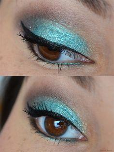 Das Augen-Make-up  entstand mit dem losen  Pigment Gaiety von Fyrinnae. Es ist ein helles Türkisblau und enthält leichte Schimmerpartikel.