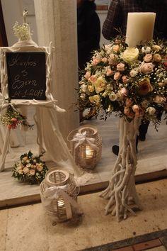 λαμπάδα με φρεσκα ανθη σε βάση από θαλασσόξυλα & καβαλέτο με πινακα..τηλ παραγγελιών 6976773699.Δεξίωση | Στολισμός Γάμου | Στολισμός Εκκλησίας | Διακόσμηση Βάπτισης | Στολισμός Βάπτισης | Γάμος σε Νησί & Παραλία. Rustic Wedding Colors, Rustic Wedding Showers, Church Wedding Decorations, Wedding Entrance, Wedding Bouquets, Wedding Flowers, Vintage Centerpieces, Church Flower Arrangements, Deco Floral