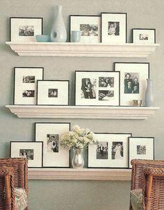 プリントは白黒、フレームは黒、そして余白を大きくとる方法でとてもオシャレな飾り方になっています。歴史を感じるディスプレイになりますね。