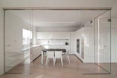 Navegue por fotos de Cozinhas minimalistas por RWA_Architetti. Veja fotos com as melhores ideias e inspirações para criar uma casa perfeita.