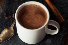 Ez a forró csoki sűrű és krémes, nem pusztán kakaó, ezért egy kis magas kakaótartalmú étcsoki is kell bele, de nem tartalmaz hozzáadott cukrot, egy egész kevés étkezési keményítő sűríti a csoki mellett, és kalóriaszegény növényi tejjel készül, ami lehet rizs-, mandula- vagy kókusztej is.  A részletes receptet megtalálod a cookta.hu oldalon! Dessert Drinks, Yummy Drinks, Dessert Recipes, Spiked Hot Chocolate, Chocolate Coffee, Gourmet Recipes, Healthy Recipes, Danish Food, World Recipes