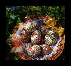 A lovely basket of Romanian Easter eggs. Holiday Fun, Holiday Decor, Ukrainian Art, Egg Crafts, Faberge Eggs, Egg Art, Egg Decorating, Happy Easter, Childhood Memories