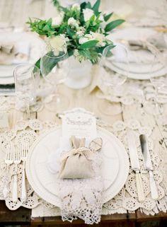 :-:-:-: Preciosa mesa, toda vestida de encaje :-:-:-:
