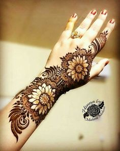 Simple Mehendi designs to kick start the ceremonial fun. If complex & elaborate henna patterns are a bit too much for you, then check out these simple Mehendi designs. Henna Hand Designs, Dulhan Mehndi Designs, Mehandi Designs, Best Arabic Mehndi Designs, Mehndi Designs Finger, Khafif Mehndi Design, Mehndi Designs Book, Floral Henna Designs, Modern Mehndi Designs