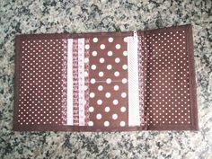 Carteira em tecido 100% algodão com aplique de gatinho na frente e o rabinho do gato é que fecha a carteira.Possui 6 divisórias pra cartões e mais 2 espaços para cédulas ou documentos, sendo 1 com zíper.Toda estruturada com entretela para dar maior firmeza à peça. Medindo 16x 28 cm