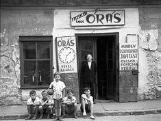 1950 körül. Óbuda, Kolosy tér, órás és a focicsapat Budapest Hungary, Vintage Photography, Vintage Photos, Europe, War, Culture, History, Utca, Painting