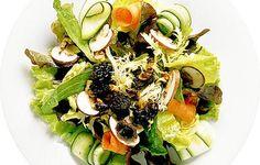 Syksyisessä salaatissa maistuvat, sienet, saksanpähkinät ja kesäkurpitsa. Cobb Salad, Zucchini, Stuffed Mushrooms, Food, Stuff Mushrooms, Eten, Meals, Squashes, Diet