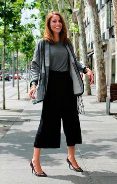 Street style look com tshirt cinza e casaqueto.