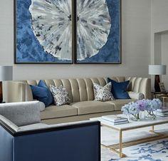 couleur bleu gris sur un grand tableau dans un salon aux meubles en couleurs claires et bleu gris ameublement dans un style classique