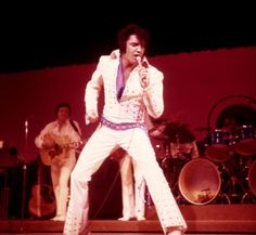 19th Feb, 1971 : Elvis chipped a tooth on the mic when a fan rushed the stage (Las Vegas)