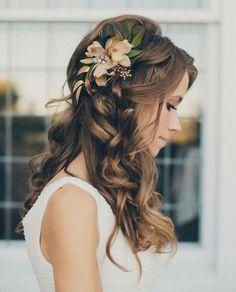 coiffure intéressante avec une fleur décorative