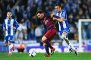 Lionel Messi del FC Barcelona compite por el balón con José Jordan del RCD Espanyol la Copa del Rey ronda de 16 partido de vuelta entre el RCD Espanyol y el FC Barcelona en el estadio Power8 el 13 de enero, 2016 Barcelona, España.