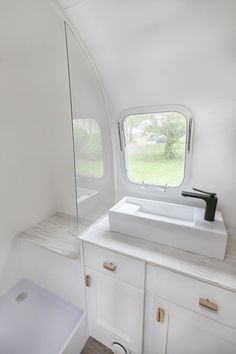 Airstream-Badezimmerrenovierung Penelope the Airstream Source by prettyNpettit Cheap Bathroom Remodel, Cheap Bathrooms, Bathroom Renovations, Home Remodeling, Bathroom Makeovers, Tub Remodel, Budget Bathroom, Shower Remodel, Small Bathrooms