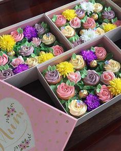 Mother's Day Gift Boxes ....................................................................... #vanillacupcakes #chocolatecupcakes #buttercream #buttercreamroses #wilton #wilton1m #wilton2d #hinarasool #bakeninja #undiscoveredbaker #cakebakeoffng #cakesinstyle #cakestagram #cakesofinstagram #cupcakes #cupcakestagram #cupcakesofinstagram #picoftheday #photography #love #cakesinbirmingham #birminghambaker #birminghamcupcakes #birminghamcakes #birmingham #mothersday #happymothersday #mothe