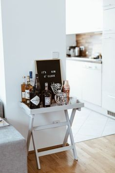 Seit Mai wohne ich jetzt schon in meiner neuen Wohnung und ich bin richtig stolz… I've been living in my new apartment since May and I'm really proud of myself for setting it up so quickly. Home Bar Decor, Bar Cart Decor, Ikea Bar Cart, Bar Cart Styling, Mini Bar At Home, Bar Sala, Home Bar Designs, Small Apartments, Room Inspiration