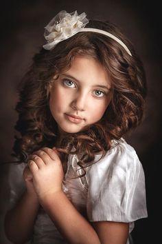 Sexy girls near you! Cute Kids Photography, Art Photography Portrait, Photography Poses, Beautiful Little Girls, Beautiful Children, Foto Picture, Rembrandt, Portrait Inspiration, Studio Portraits