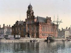 image of Town Hall, Yarmouth, England.  This color photochrome print was taken between 1890 and 1900 in Yarmouth, England.